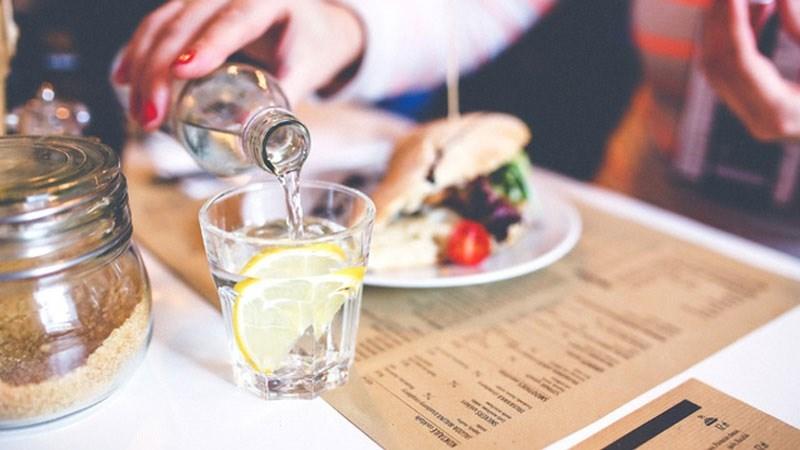 Uống rượu xen kẽ nước lọc và ăn đồ ăn