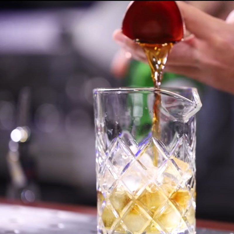 Bước 1 Pha Cocktail Old Fashioned Cocktail Old Fashioned (cocktail kiểu cũ)