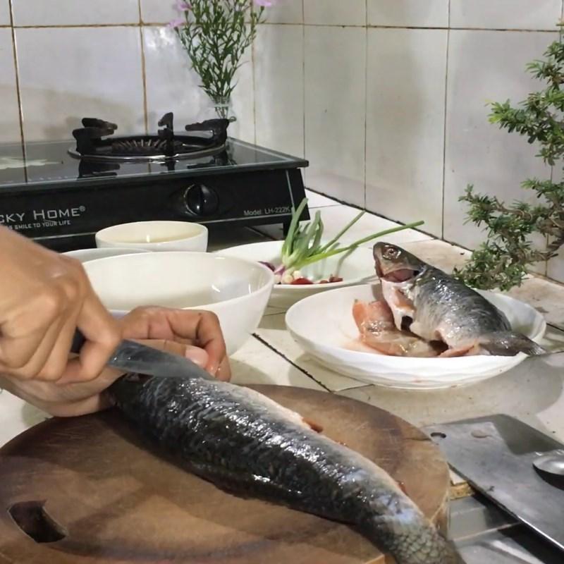 Bước 1 Sơ chế cá trôi Cá trôi kho riềng nghệ