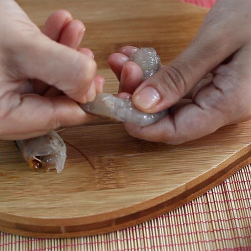 Bước 1 Sơ chế tôm Canh rau đay nấu tôm