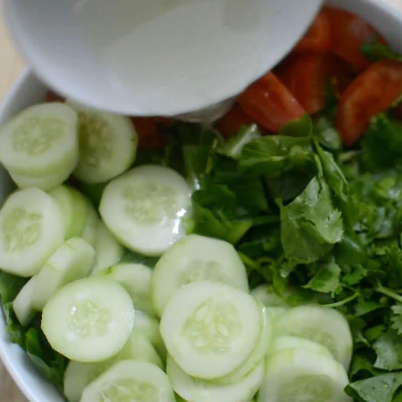 Bước 3 Trộn salad Salad dưa chuột cà chua sốt mayonnaise