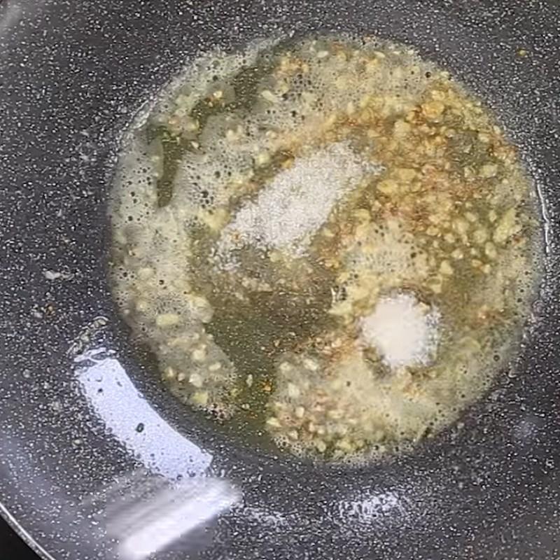 Bước 3 Xào ốc Ốc hương xào bơ tỏi