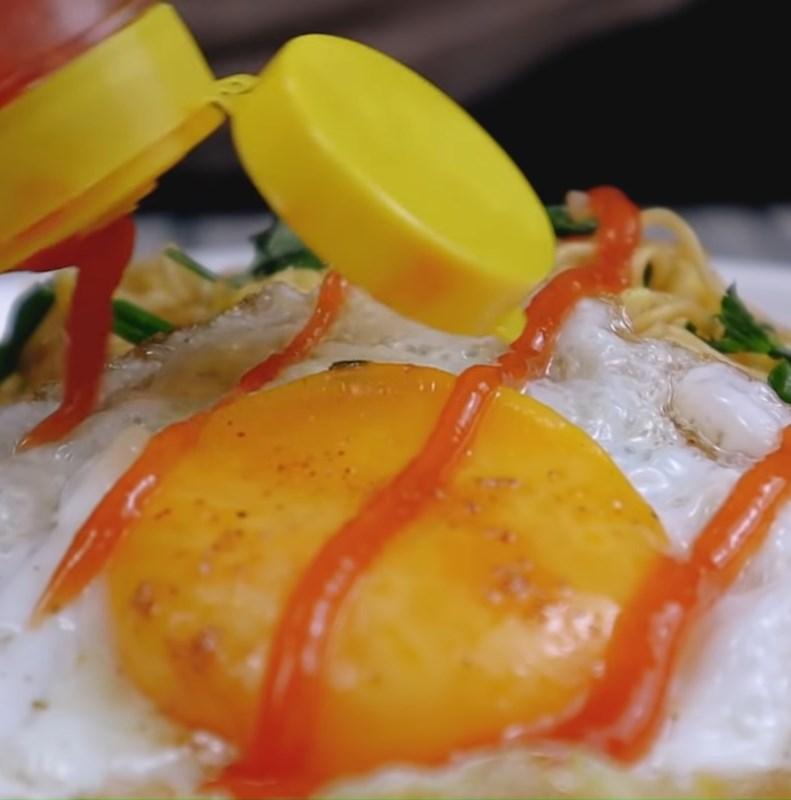 Bước 4 Thành phẩm Mì xào trứng ốp la