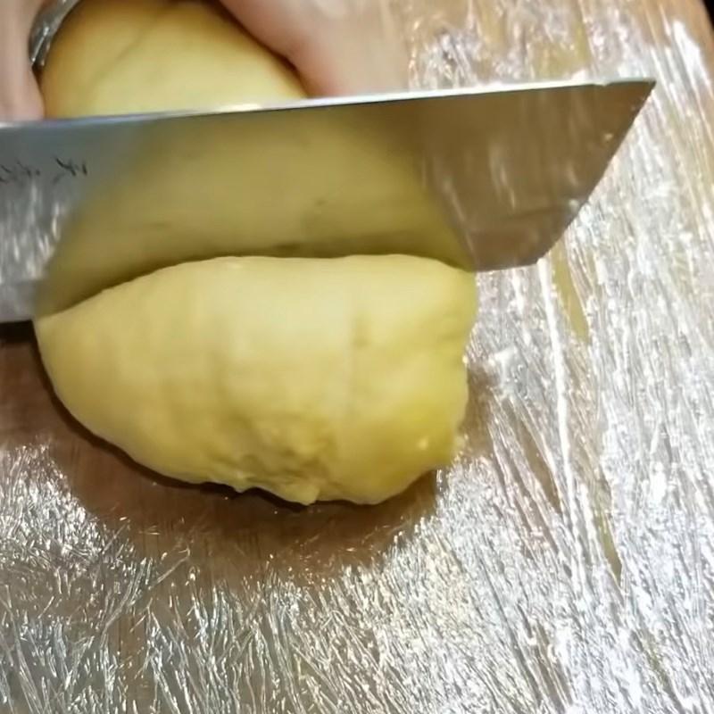 Bước 2 Cán bột và xắt sợi nhỏ Mì trứng tươi