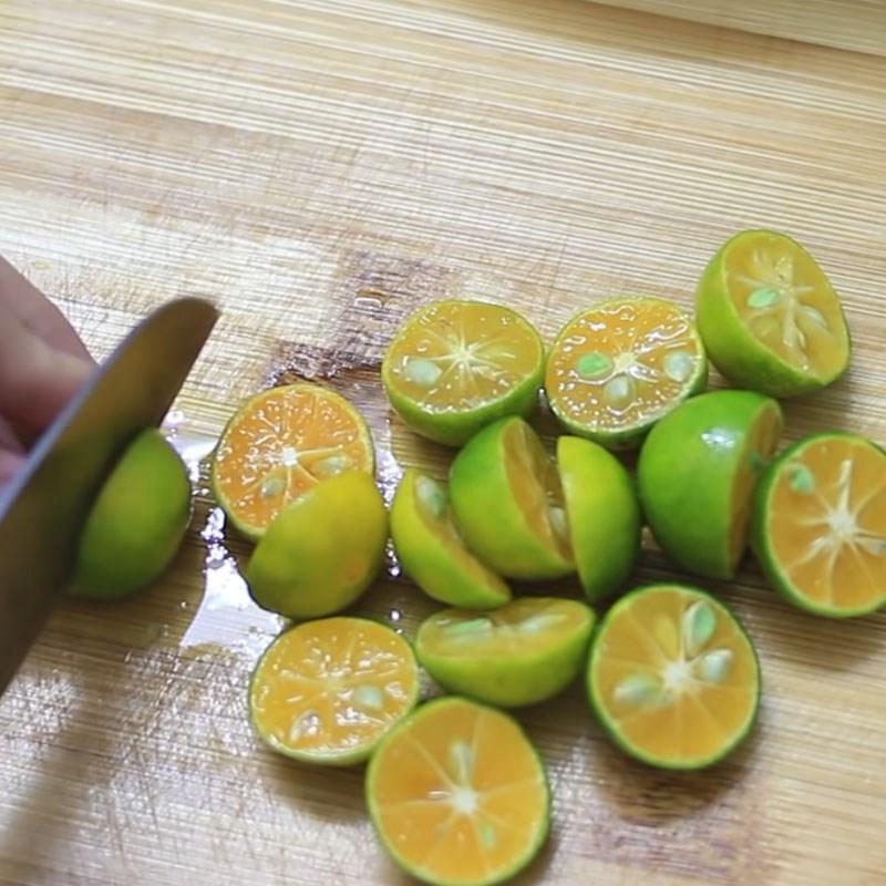 Bước 1 Sơ chế tắc với muối hạt Tắc chưng đường phèn