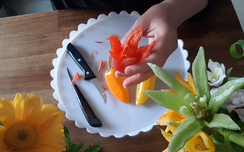 Nhúng hoa vào nước lạnh để giúp các cánh hoa nở đều.