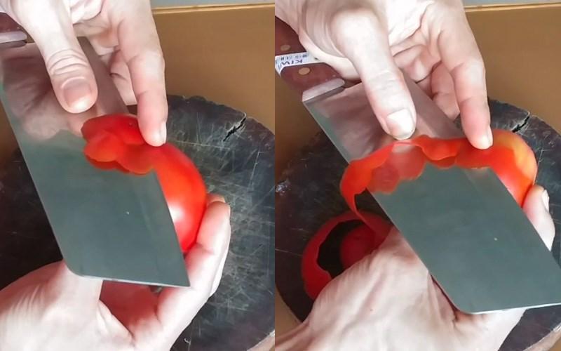 Cắt vỏ cà chua để tạo thành các đường lượn sóng
