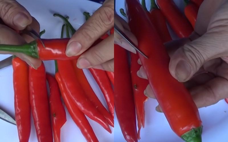 Dùng dao cắt hết chiều dài của quả ớt.