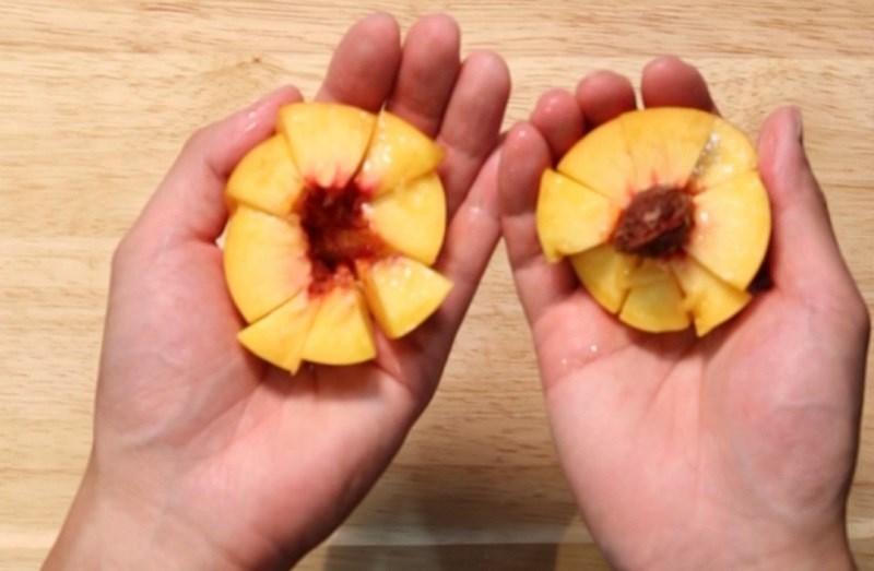 Cách gọt và tách quả đào nhanh chóng 2