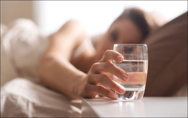 Uống nước ngay khi vừa thức dậy