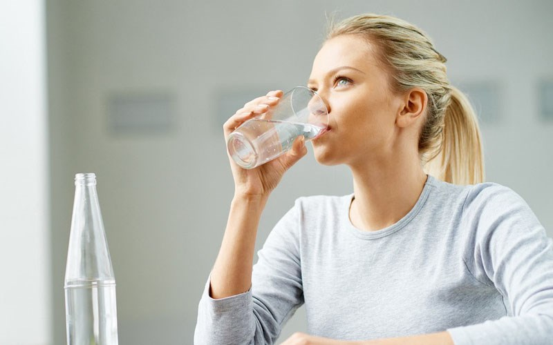 Ngồi khi uống nước