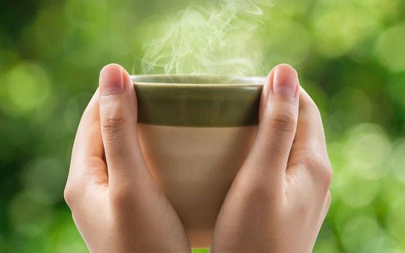 Uống nước có nhiệt độ phòng hoặc nước ấm