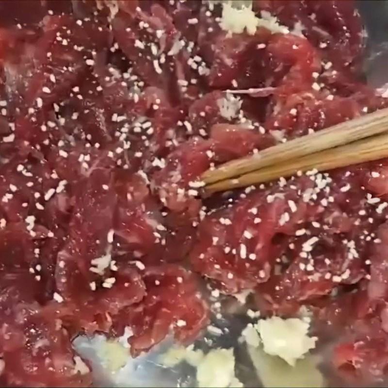 Bước 2 Sơ chế và ướp thịt bò Rau càng cua xào thịt bò
