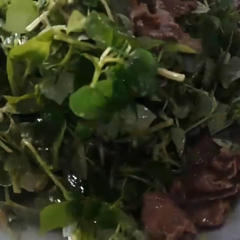 Bước 4 Xào thịt bò với rau càng cua Rau càng cua xào thịt bò
