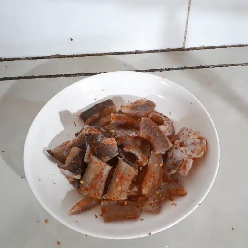 Bước 1 Sơ chế khô cá lóc Khô cá lóc nấu canh chua