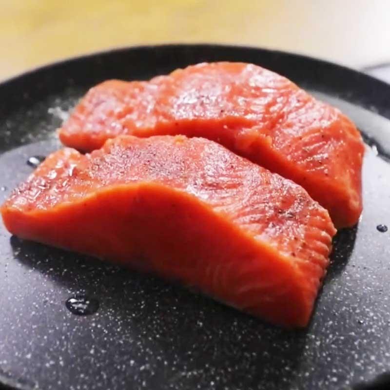 Bước 4 Áp chảo cá hồi Cá hồi áp chảo sốt me