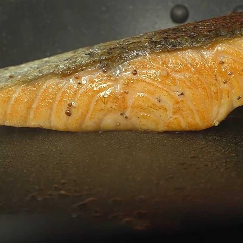Bước 5 Áp chảo cá hồi Cá hồi áp chảo sốt kem