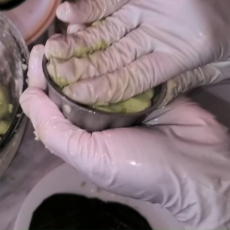 Bước 5 Bọc nhân và nén khuôn Bánh quy nhân đậu xanh