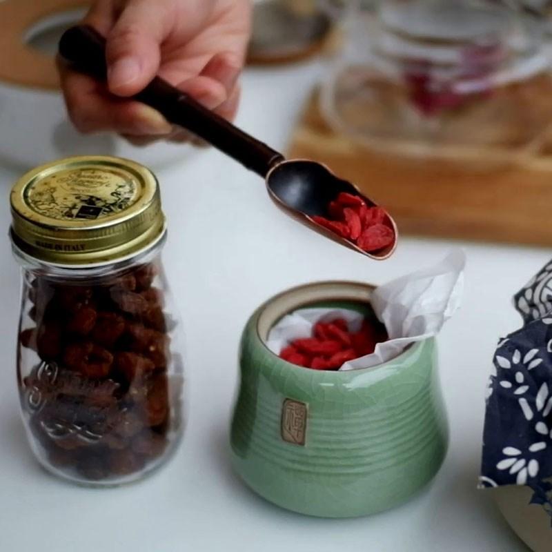 Bước 1 Cho hỗn hợp nguyên liệu vào ấm Trà dưỡng nhan