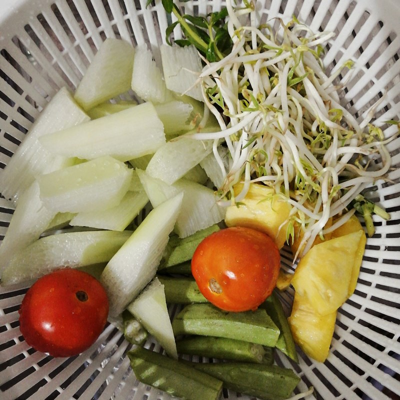 Bước 1 Sơ chế các nguyên liệu Canh chua lườn cá hồi