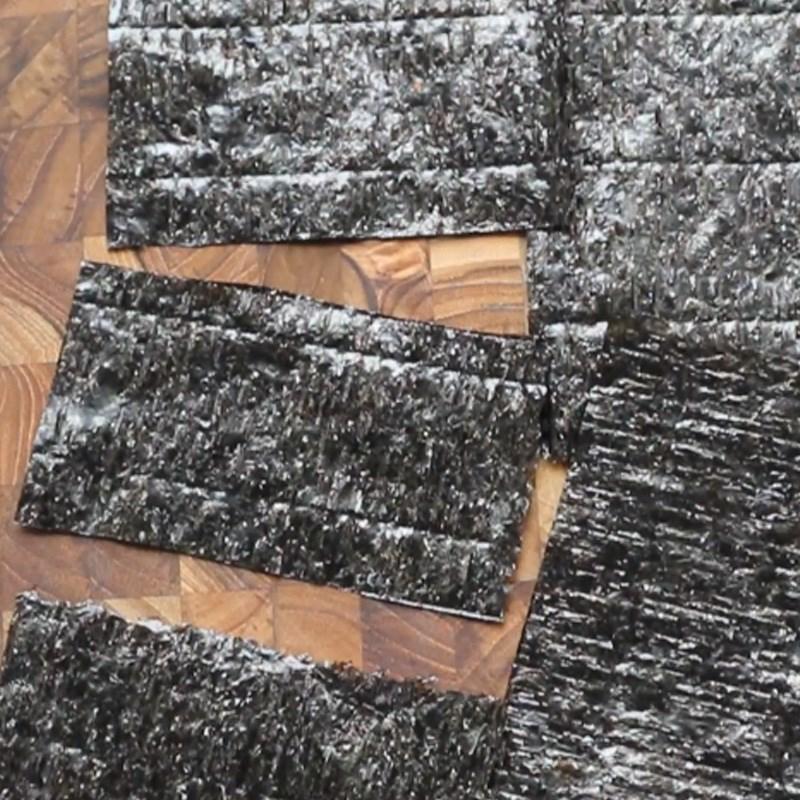 Bước 2 Cắt rong biển và làm các cuộn rong biển nhỏ Cơm cuộn hình gấu