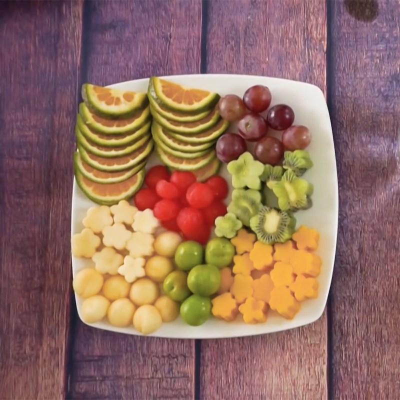 Bước 2 Cắt trái cây trang trí Bánh sinh nhật bằng dưa hấu