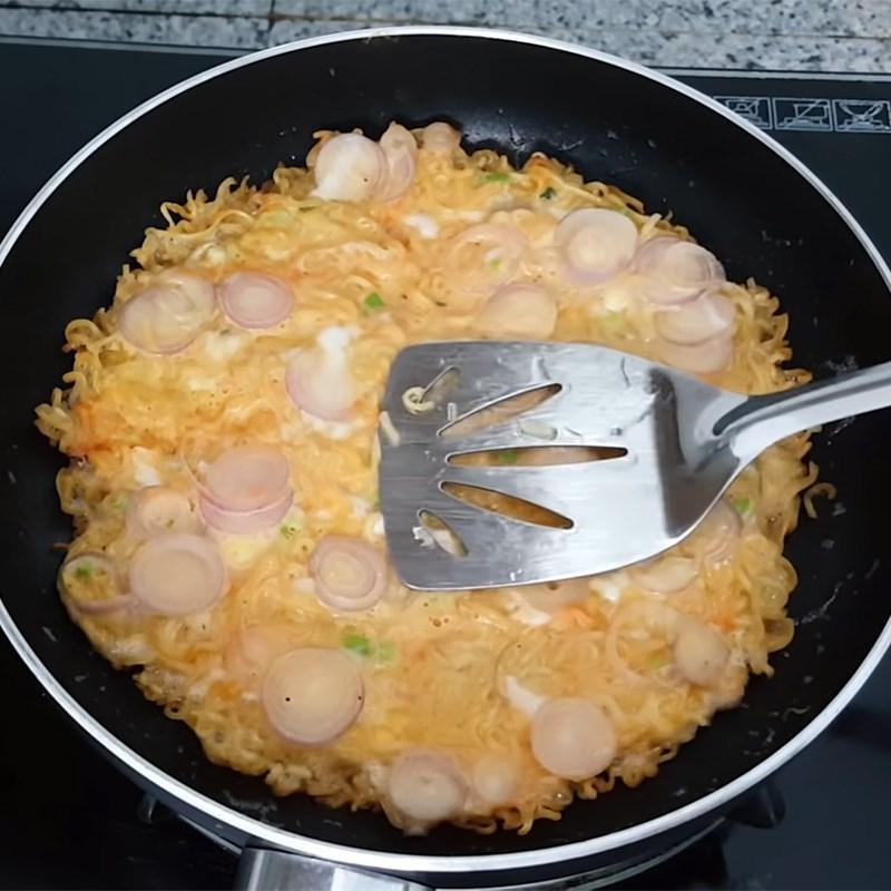 Bước 4 Chiên trứng mì tôm Trứng chiên mì tôm (mì gói)