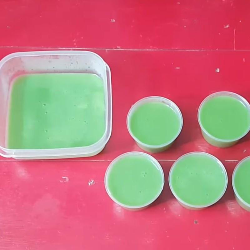 Bước 4 Đổ khuôn và làm lạnh Rau câu lá dứa sữa đậu nành