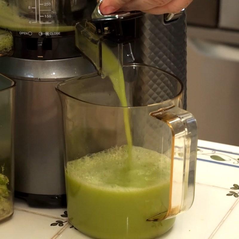 Bước 2 Ép hỗn hợp nguyên liệu Nước ép súp lơ xanh