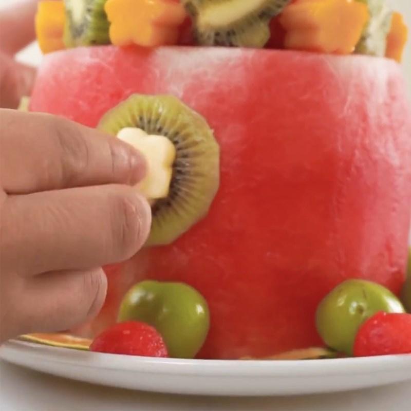 Bước 3 Làm bánh sinh nhật bằng dưa hấu Bánh sinh nhật bằng dưa hấu