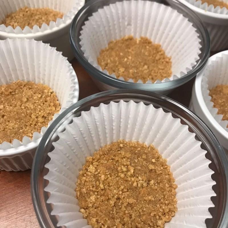 Bước 1 Làm đế bánh Cheesecake sữa chua trái cây phiên bản mini
