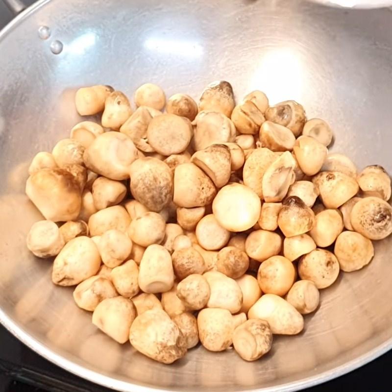 Bước 3 Xào nấm Lẩu bò nấm chua cay