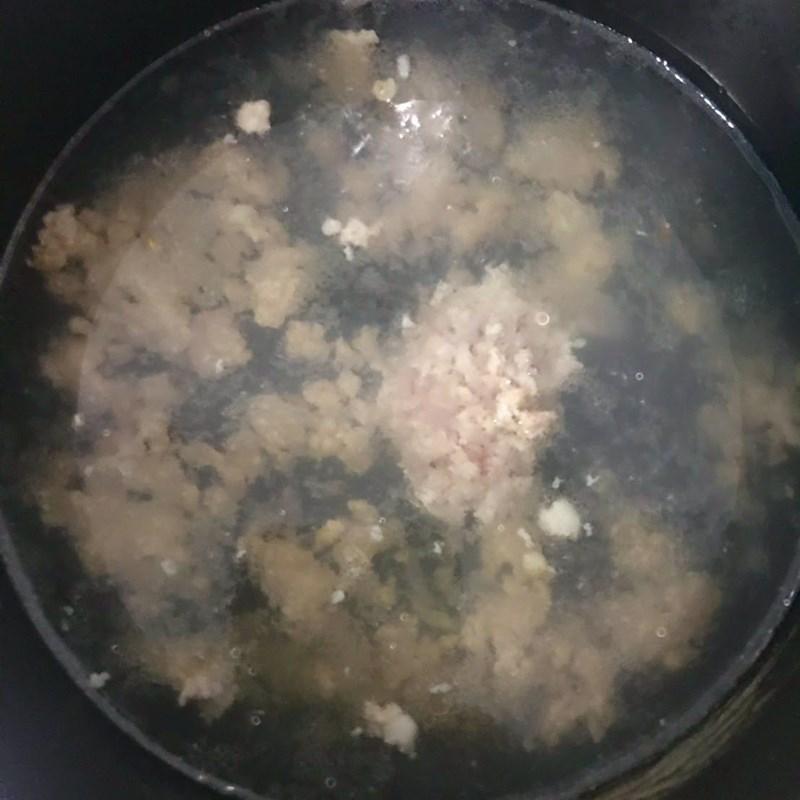 Bước 2 Xào thịt Canh bí đỏ thịt bằm rong biển