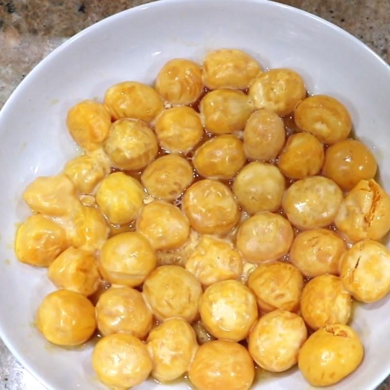 Bước 2 Sơ chế trứng muối Bánh ú trứng muối nhân mặn thập cẩm