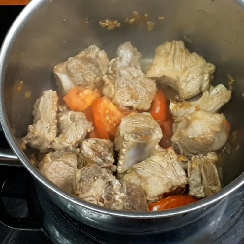 Bước 3 Nấu nước dùng Bún sườn nấu sấu