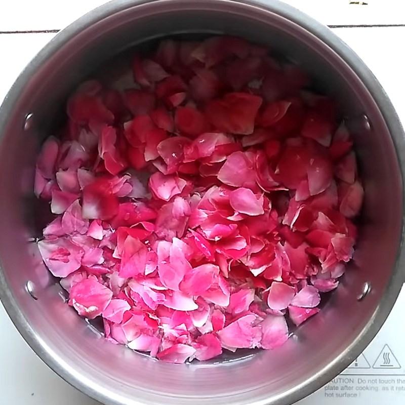 Bước 2 Nấu và lấy nước cốt hoa hồng Siro hoa hồng