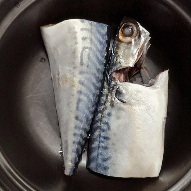 Bước 1 Sơ chế cá Cá thu Nhật kho hành ớt