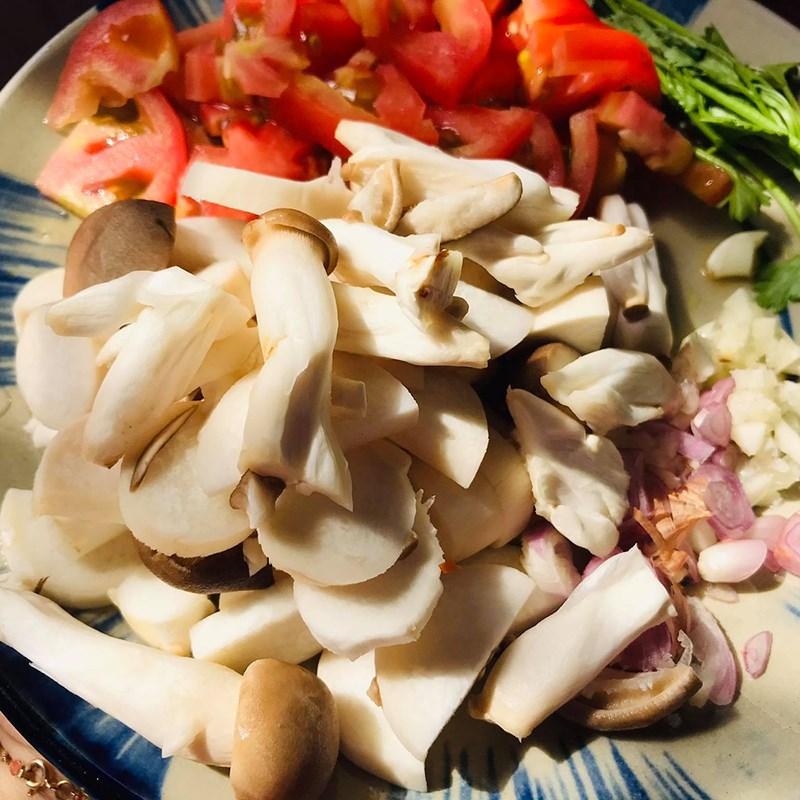 Bước 1 Sơ chế các nguyên liệu Nui xào cà chua chay