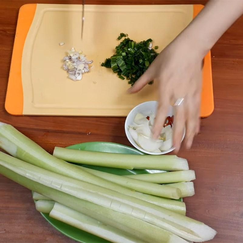 Bước 2 Sơ chế các nguyên liệu khác Dọc mùng xào lòng gà