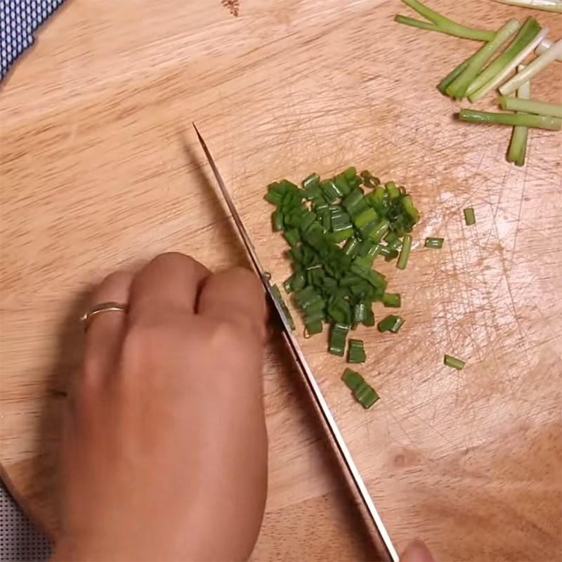 Bước 2 Sơ chế các nguyên liệu khác Tóp mỡ kho tiêu