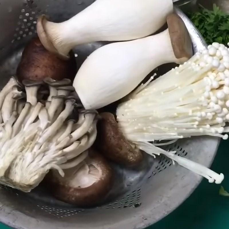Bước 1 Sơ chế nấm và rau Lẩu bò nấm