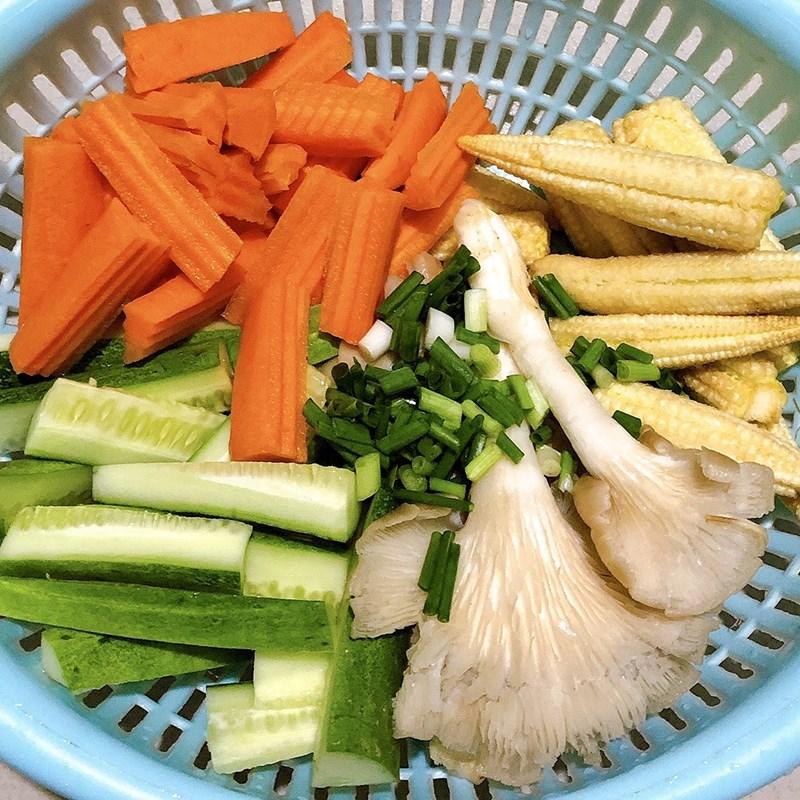 Bước 1 Sơ chế nguyên liệu Cà rốt nấm xào chay