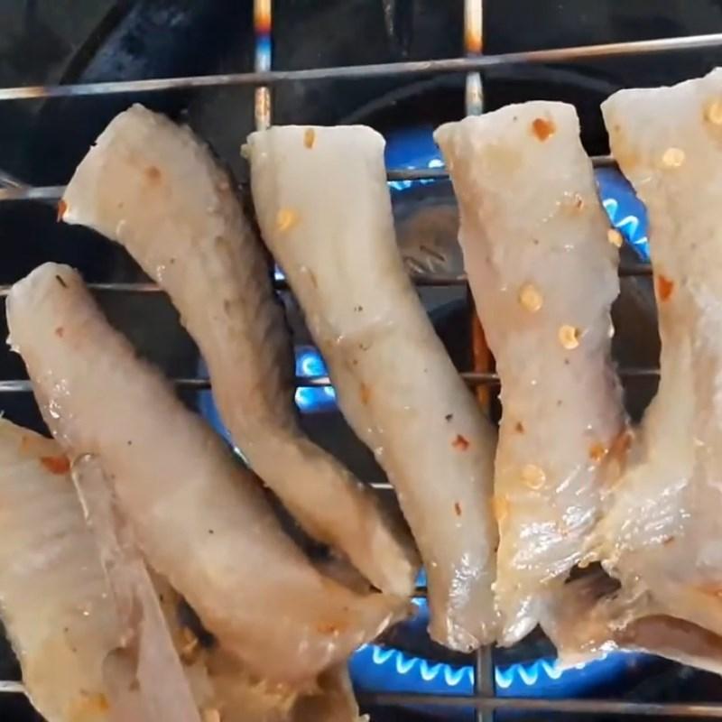 Bước 1 Nướng khô và cắt dưa leo Gỏi dưa leo khô cá lóc