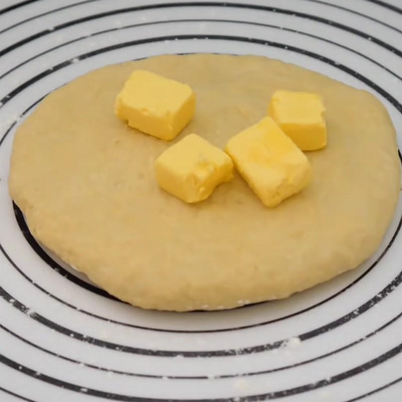 Bước 2 Trộn và nhào bột Bánh mì nhân mật ong bằng chảo