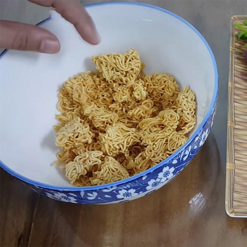 Bước 1 Trụng mì Trứng chiên mì tôm (mì gói)