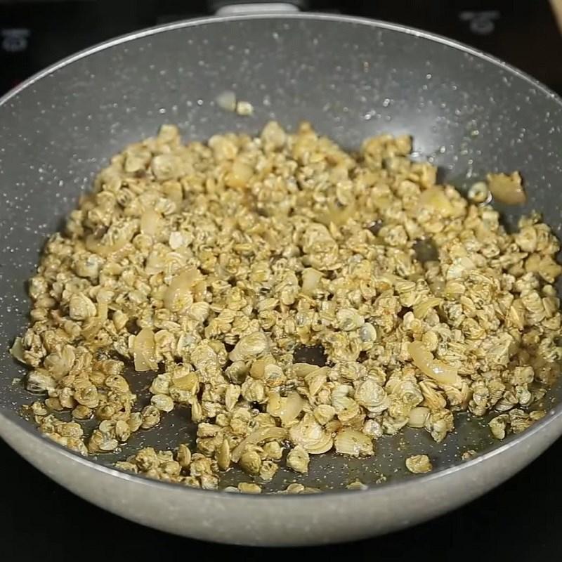 Bước 2 Xào hến Hến xào cà ri