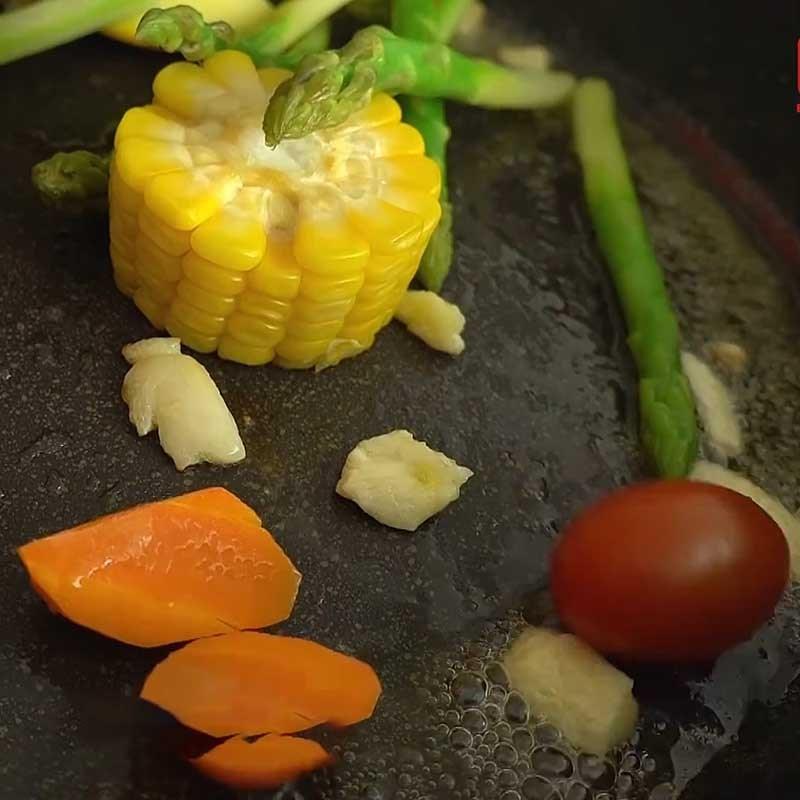 Bước 6 Xào rau củ với bơ tỏi Cá hồi áp chảo sốt kem