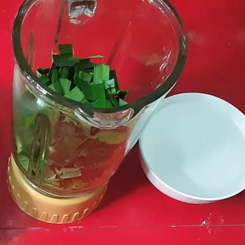 Bước 1 Xay và lọc nước cốt lá dứa Rau câu lá dứa sữa đậu nành