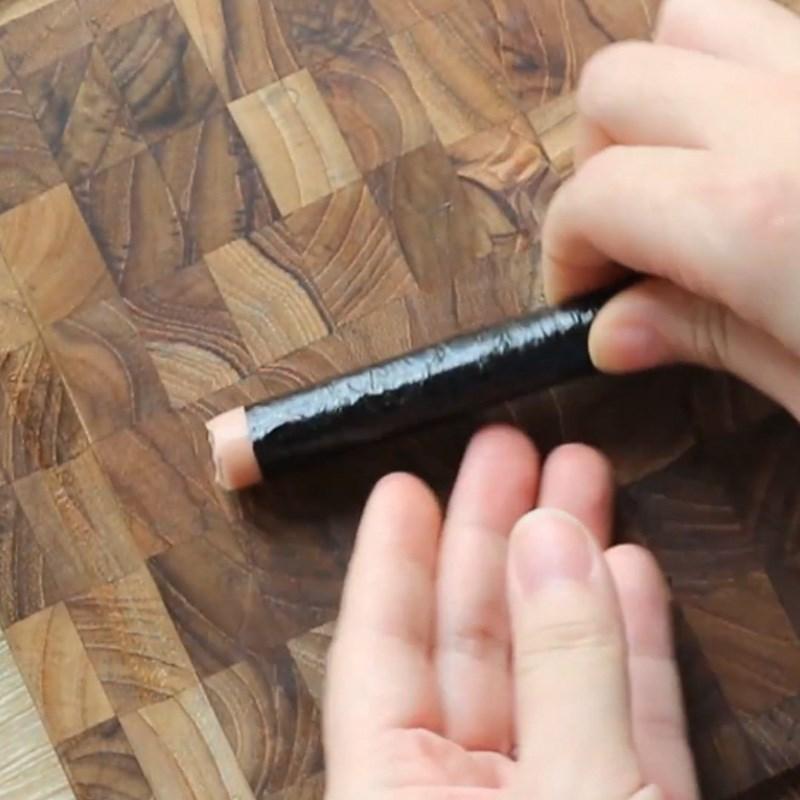 Bước 3 Xếp các cuộn rong nhỏ và cuộn tạo hình Cơm cuộn hình gấu