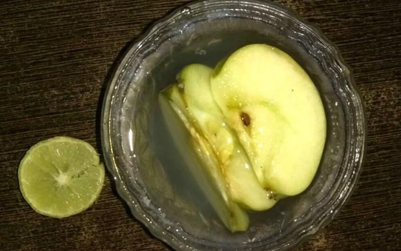 Dùng chanh ngâm táo sau khi gọt